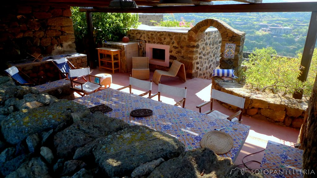 Dammuso libeccio antico e grande dammuso con piscina in posizione strepitosa - Dammusi con piscina pantelleria ...